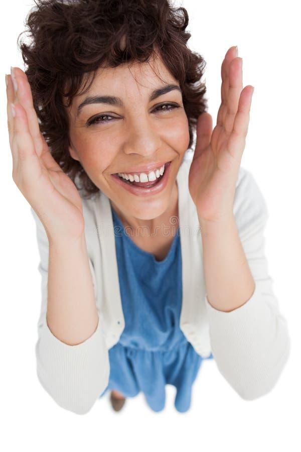 Overheadkosten van glimlachende vrouw met wijd geopende handen stock fotografie