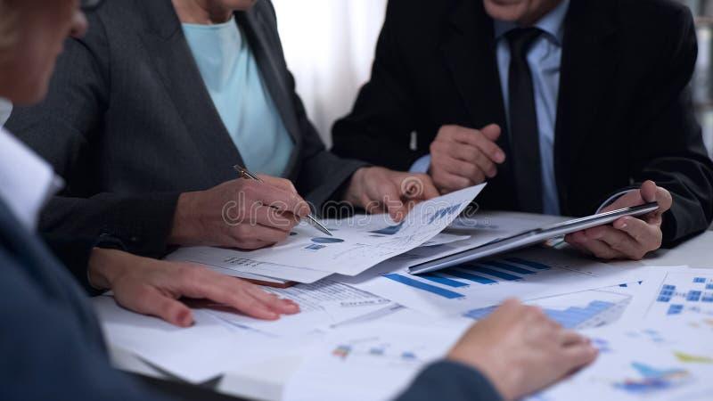 Overheidsambtenaren die de invoer en van het de uitvoerrapport diagrammen, onderzoek bespreken royalty-vrije stock afbeelding