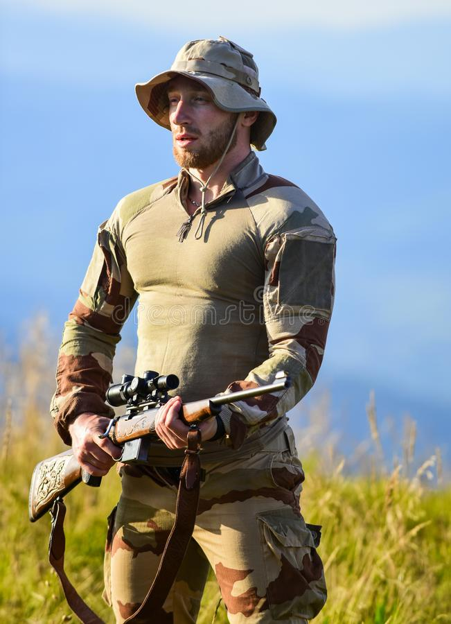 Overheidsbewaking wapenvergunning jager van camouflage veiligheid van de democratie verdediger van moederland man met royalty-vrije stock fotografie
