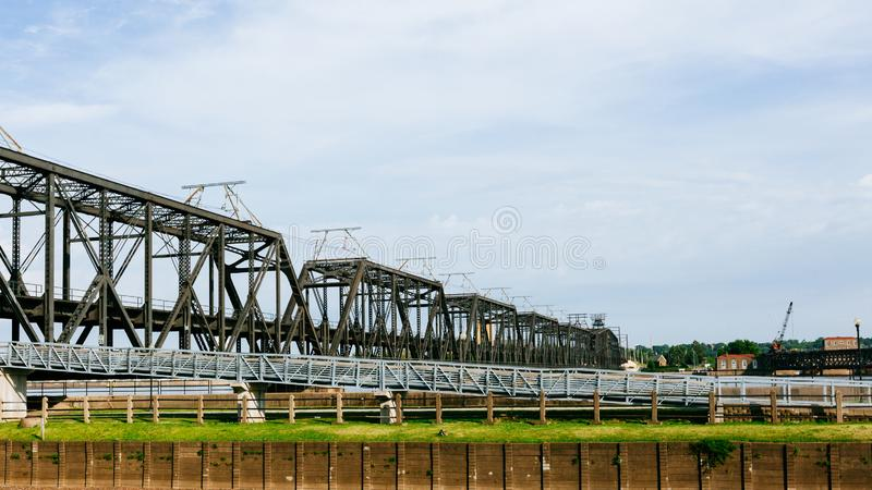 Overheidsbrug over de Rivier van de Mississippi in Davenport, Iowa, de V.S. royalty-vrije stock fotografie