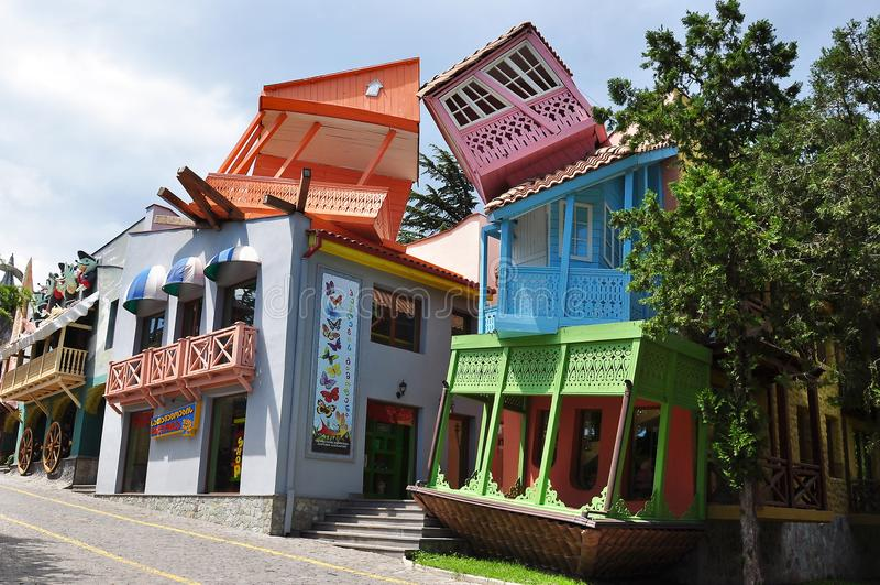 Overhellende huizen op Mtatsminda-berg bij pretpark, Tbilisi, Georgië royalty-vrije stock foto
