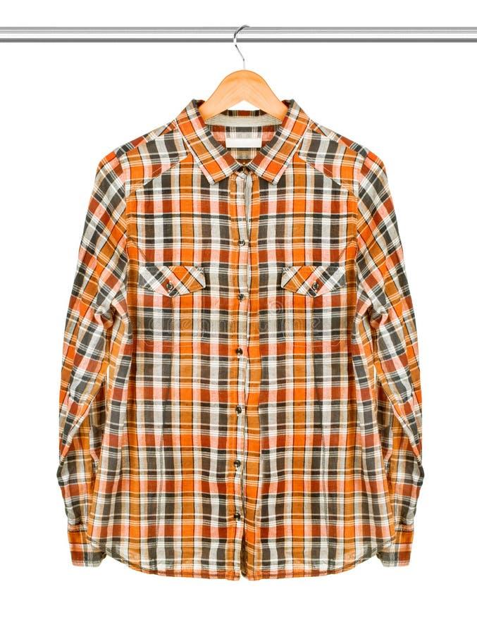 Overhemd op een geïsoleerdet hanger stock foto