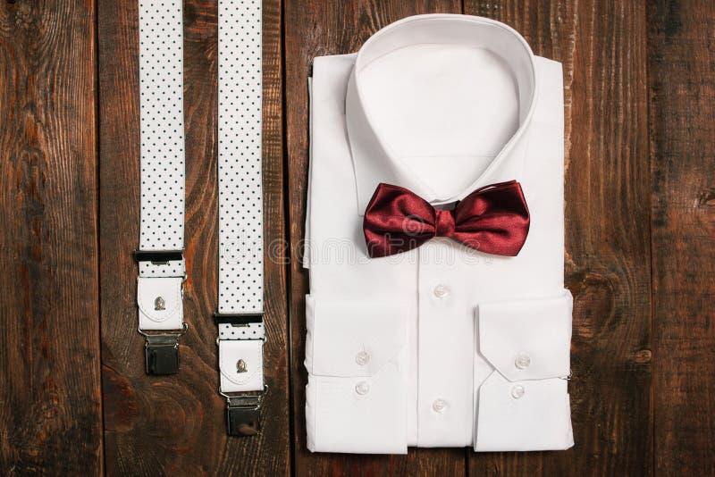 Overhemd, toevallige bretels en marsala bowtie Hoogste mening royalty-vrije stock foto