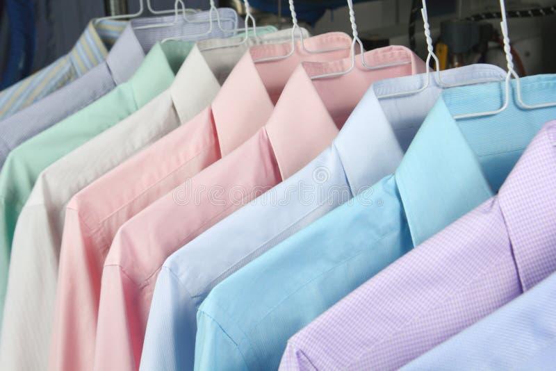 Overhemden bij de droge vers gestreken reinigingsmachines royalty-vrije stock foto's