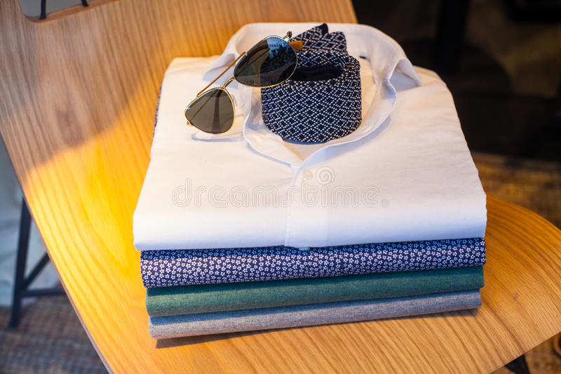 Overhemden, stropdas en schaduwen stock foto's