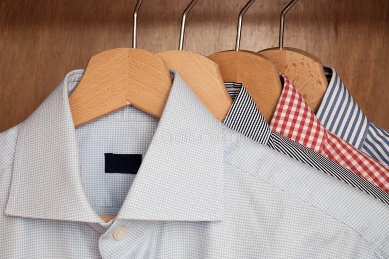 Overhemden in verscheidene kleuren en texturen stock fotografie