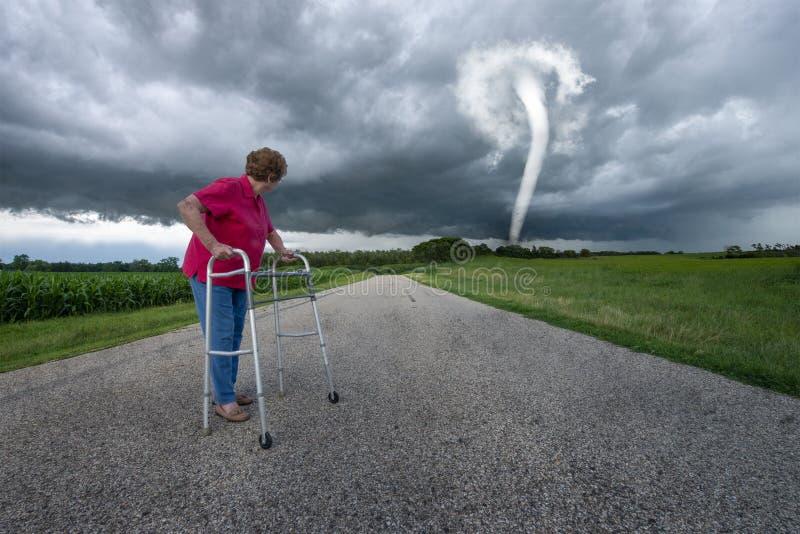 Overklig äldre kvinna, tromb, storm arkivfoto