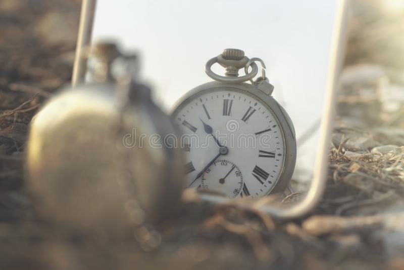 Overklig bild av en antik klocka som avspeglas arkivbild