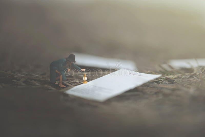 Overklig bild av en kvinna som läser gigantiska sidor av en bok spridd bland naturen arkivbilder