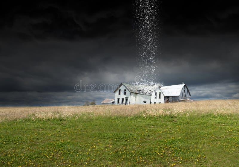 Overklig regnstorm, väder, lantgård, ladugård, lantbrukarhem royaltyfri fotografi