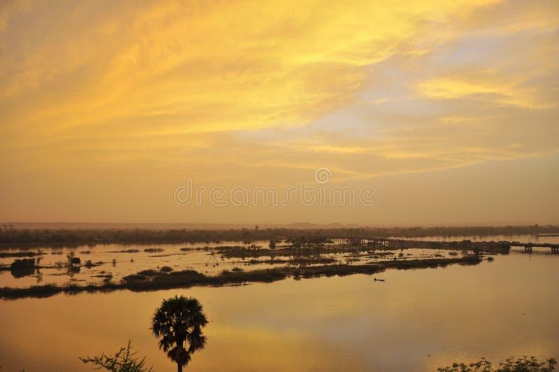 Overklig solnedgång över floden Niger royaltyfri bild
