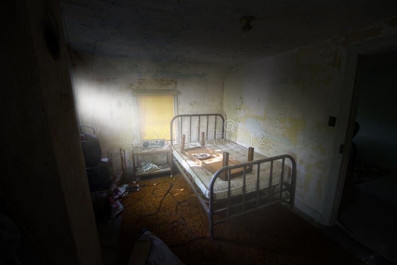 Overkligt droghus, armod, sovrum, fördömt hus arkivfoto