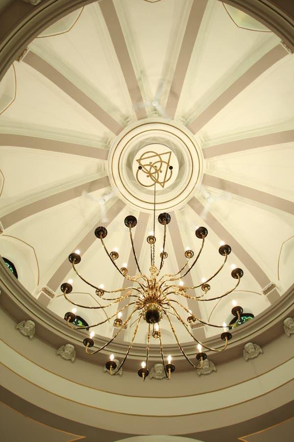 Overkoepelde plafond en kroonluchter   royalty-vrije stock afbeeldingen