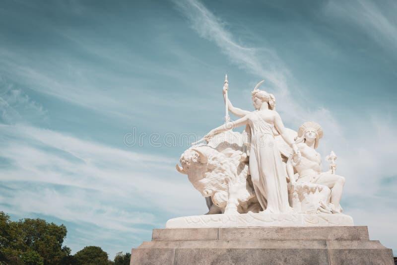 Overladen Albert Memorial in Kensington-Tuinen, Londen stock foto's
