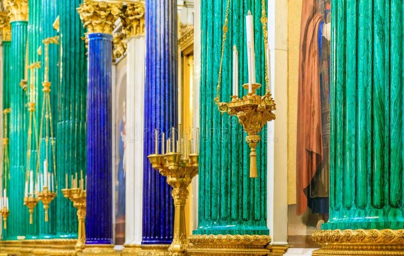 Overladen binnenland, malachiet en lapis lazulikolommen in de Heilige Isaac' s Russische Orthodoxe Kathedraal in Heilige Pet royalty-vrije stock fotografie