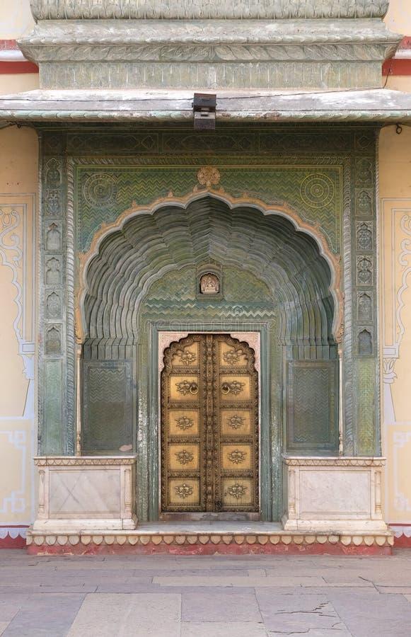 Overladen deur in Chandra Mahal, de Stadspaleis van Jaipur stock afbeelding
