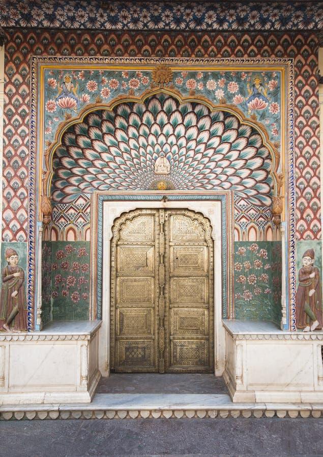 Overladen deur in het Paleis van de Stad in Jaipur, India stock foto