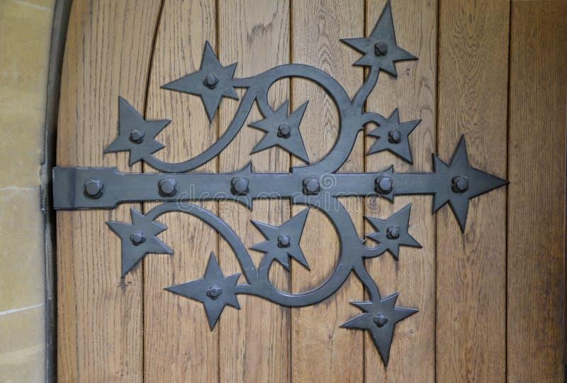 Overladen Deurscharnier op Oude Bruine Deur stock afbeeldingen