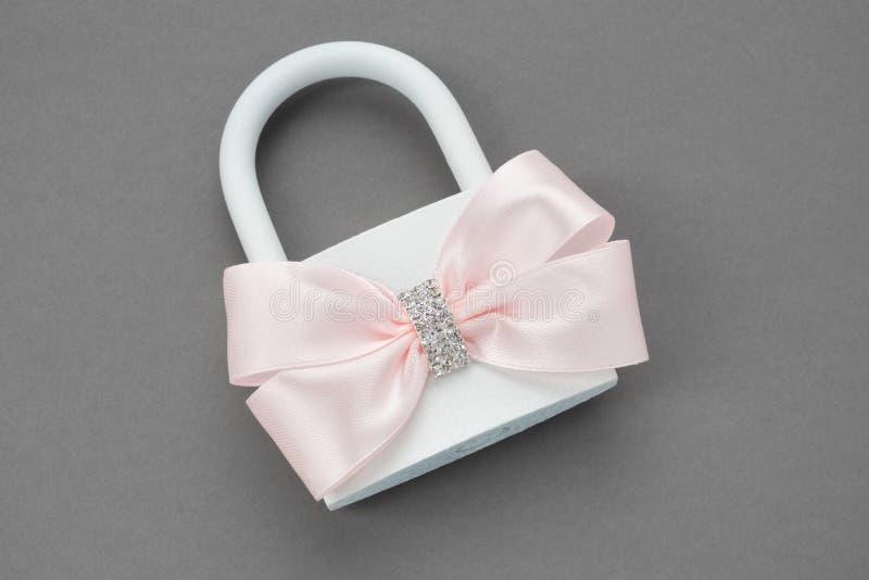Overladen die huwelijkshangslot met roze boog wordt verfraaid stock afbeelding