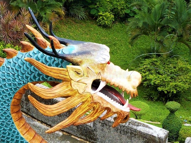 Overladen draakbeeldhouwwerken bij de Taoist tempel in visayas Filippijnen van Cebu stock foto