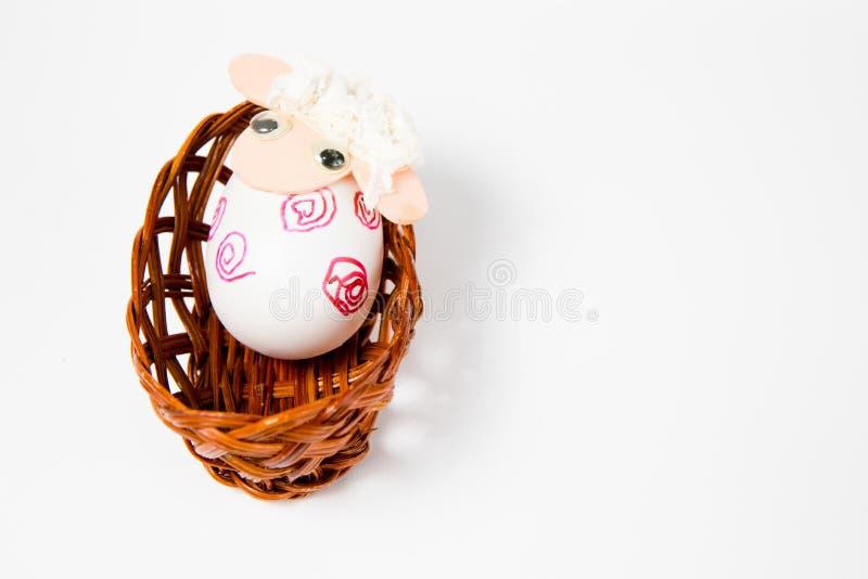 Overladen eierschalen als schip - lam in het nest - hand - maakte oostelijke decoratie stock fotografie