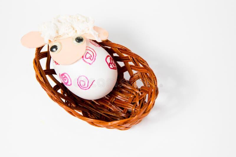 Overladen eierschalen als schip - lam in het nest - hand - maakte Pasen-decoratie royalty-vrije stock afbeeldingen