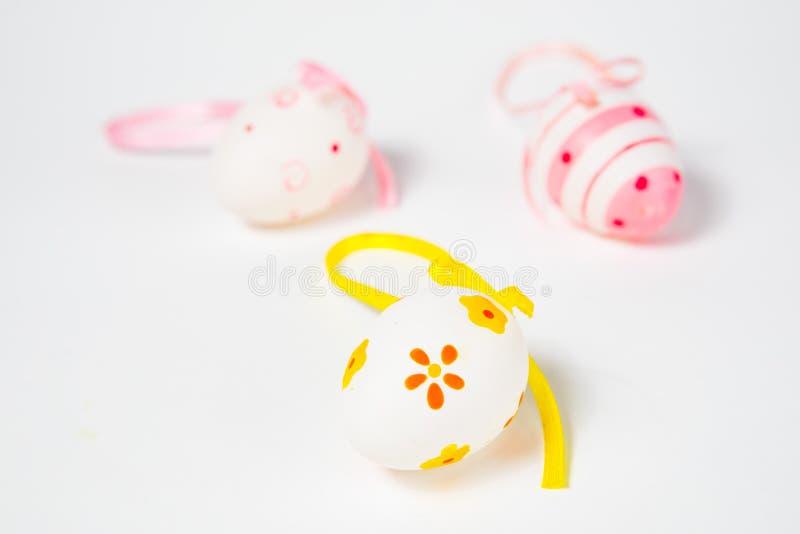 Overladen eierschalen met lint - hand - gemaakte Pasen-decoratie royalty-vrije stock afbeelding