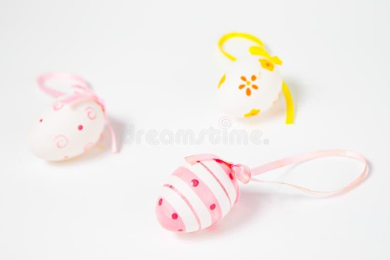 Overladen eierschalen met lint - hand - gemaakte Pasen-decoratie stock afbeeldingen