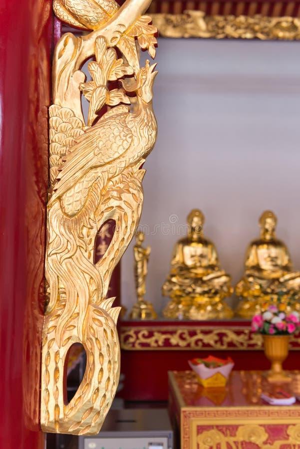 Overladen en ingewikkeld, sneed de hand, gouden kader op een altaar bij stock foto