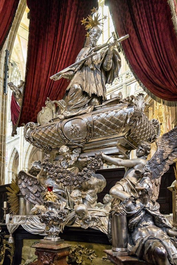 Overladen graf in St Vitus kathedraal in Praag, Tsjechische republiek stock foto's