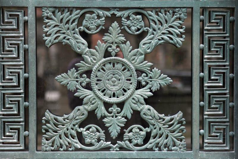 Overladen grafdeur in de Pere Lachaise-begraafplaats parijs stock foto's