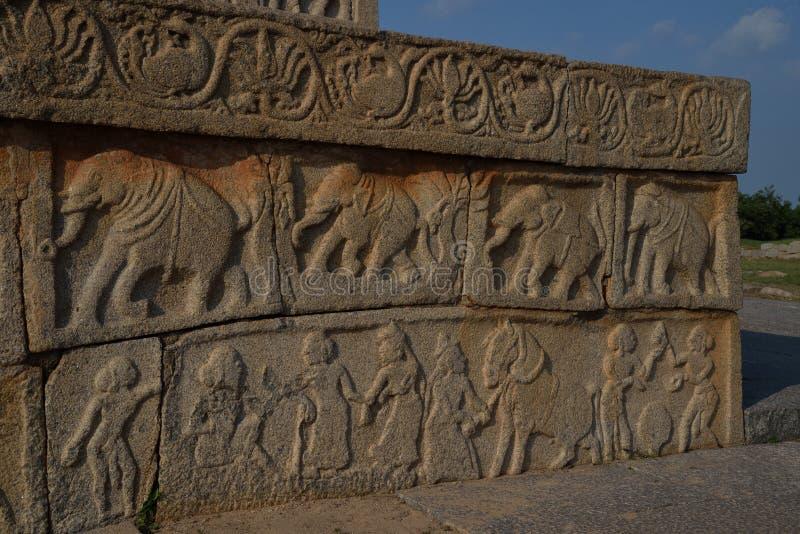 Overladen gravures op de muren van Dasara Dibba of Mahanavami Dibba, een mooi steenplatform in Hampi Karnataka, India stock foto's