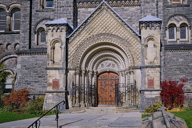 Overladen ingang aan de bouw van de Universiteit van Toronto royalty-vrije stock fotografie