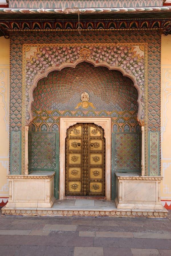Overladen ingangsdeuren bij het stadspaleis, Jaipur, India stock foto's