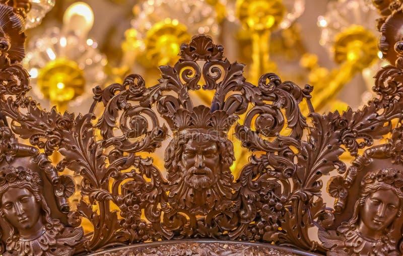 Overladen kroonluchter in het Kluismuseum van kunst en cultuur in Heilige Petersburg, Rusland in het de Winterpaleis royalty-vrije stock foto