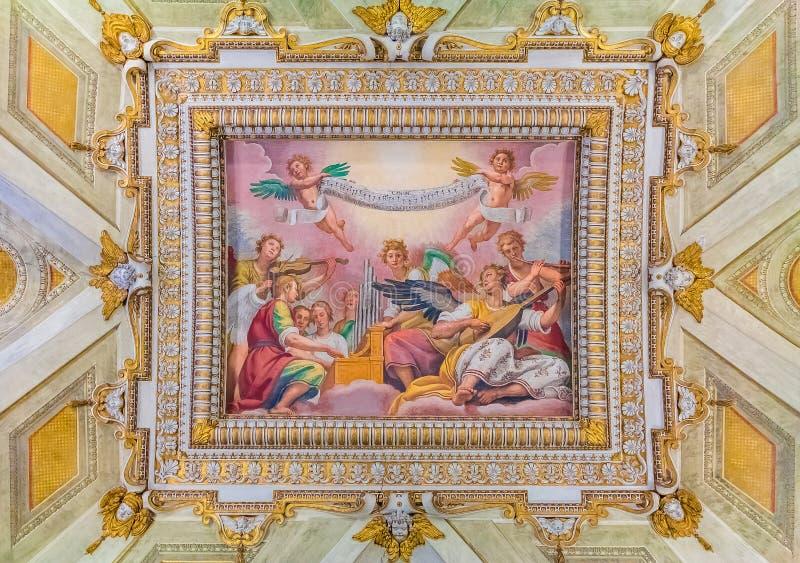 Overladen plafondfresko's in een basiliek in Rome stock afbeelding