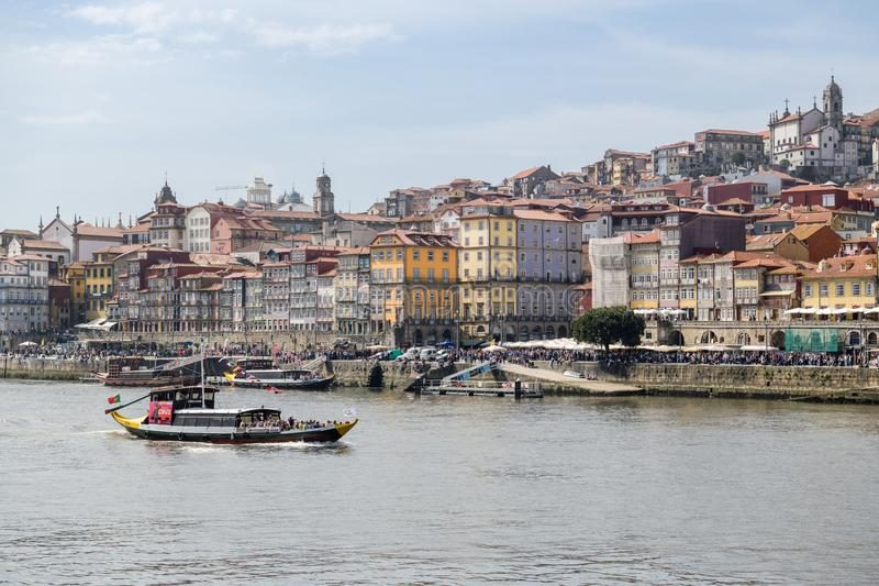 Overladen Ribeira district in Porto stock afbeelding