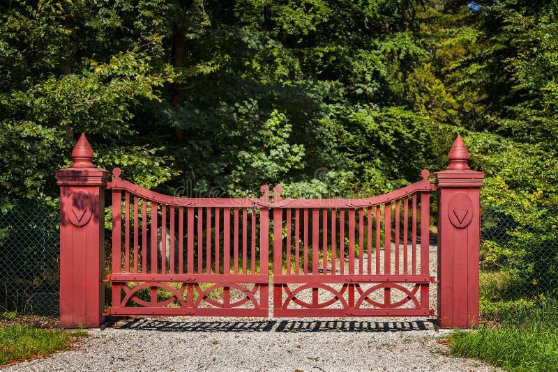 Overladen rode poort stock foto