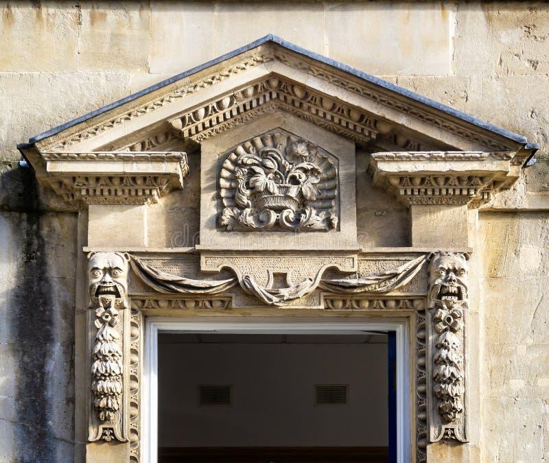 Overladen steengravures in architraaf boven deuringang aan de Georgische bouw in Koningin Square, Bad, het UK royalty-vrije stock afbeelding