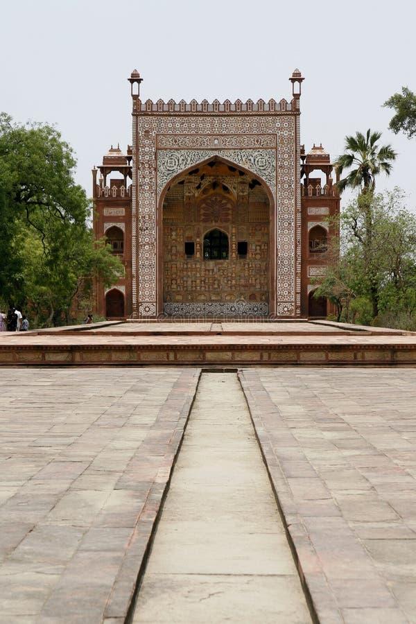 Overladen voorzijde van het Graf van Akbar. Agra, India stock afbeelding