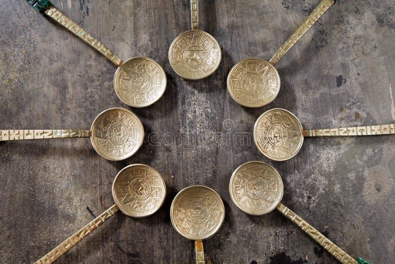 Overladen zilveren lepels van Mexico op een oude houten lijst stock foto's