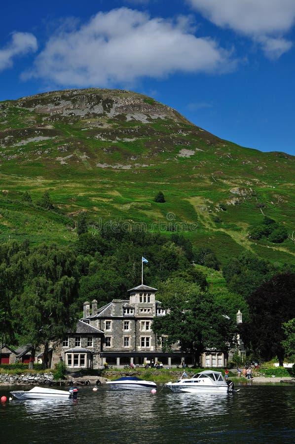 Kamienna rezydencja ziemska na brzeg szkocki loch zdjęcie stock