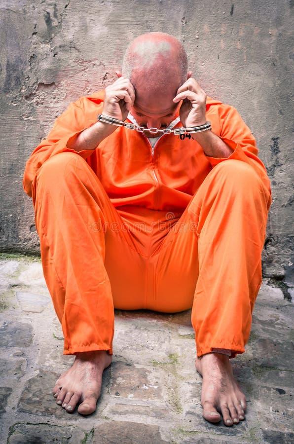 Overledene die - Wanhopige Mens met Handcuffs in Gevangenis lopen stock afbeeldingen