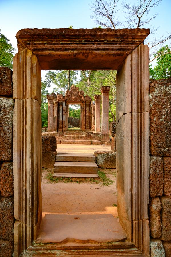 Overleef van oude tempelingang in ruïnes van Banteay Srei, Kambodja stock afbeelding