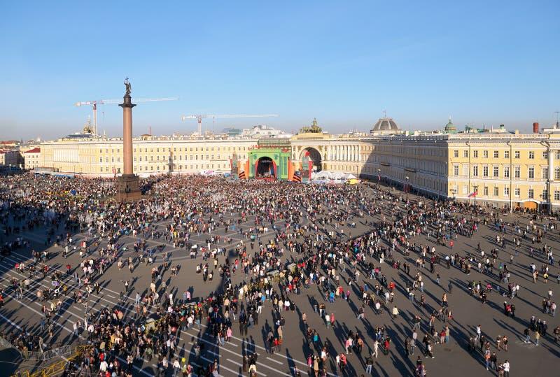 Overleg bij het Vierkant van het Paleis, St. Petersburg, Rusland. royalty-vrije stock afbeelding