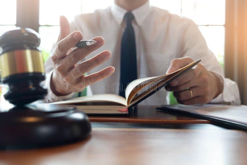 Overleg met advocaten in het doen van zaken of het beoordelen van gevallen volgens rechtvaardigheid royalty-vrije stock afbeelding