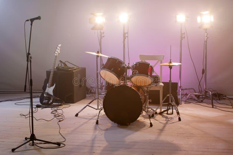 Overleg muzikale instrumenten met een microfoon royalty-vrije stock foto's