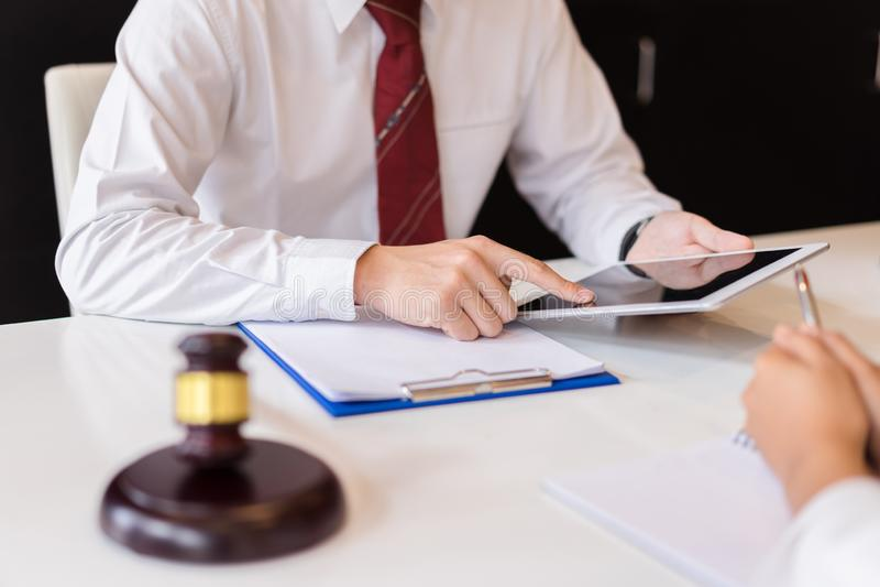 Overleg tussen een mannelijke advocaat en bedrijfsmensenklant stock afbeeldingen