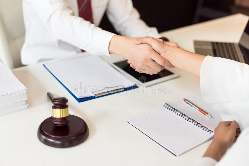 Overleg tussen een mannelijke advocaat en bedrijfsmensenklant stock fotografie
