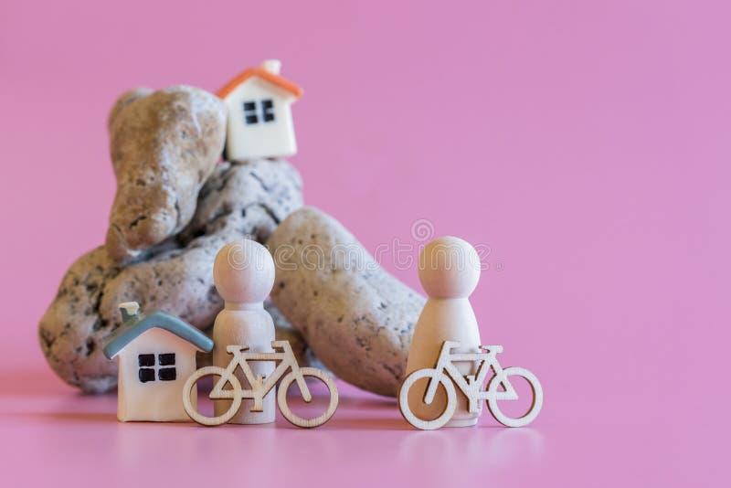 overleg van een gezonde levensstijlmensen met fietsen houten beeldjes van mensen met fietsen op de achtergrond van een steenmount royalty-vrije stock fotografie